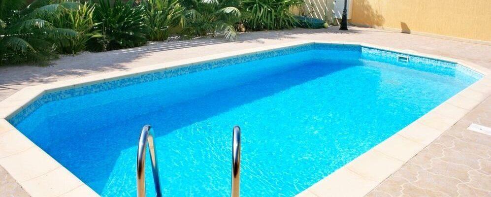 Tips para mantener el agua de la piscina todo el año (y poder nadar)